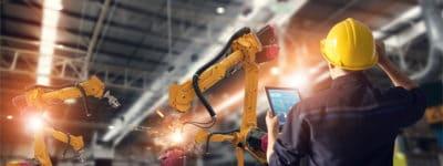 Maschinen Arbeiter mit Tablet